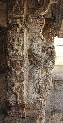 256px-Stone_pillars_of_temple_in_Hampi_02